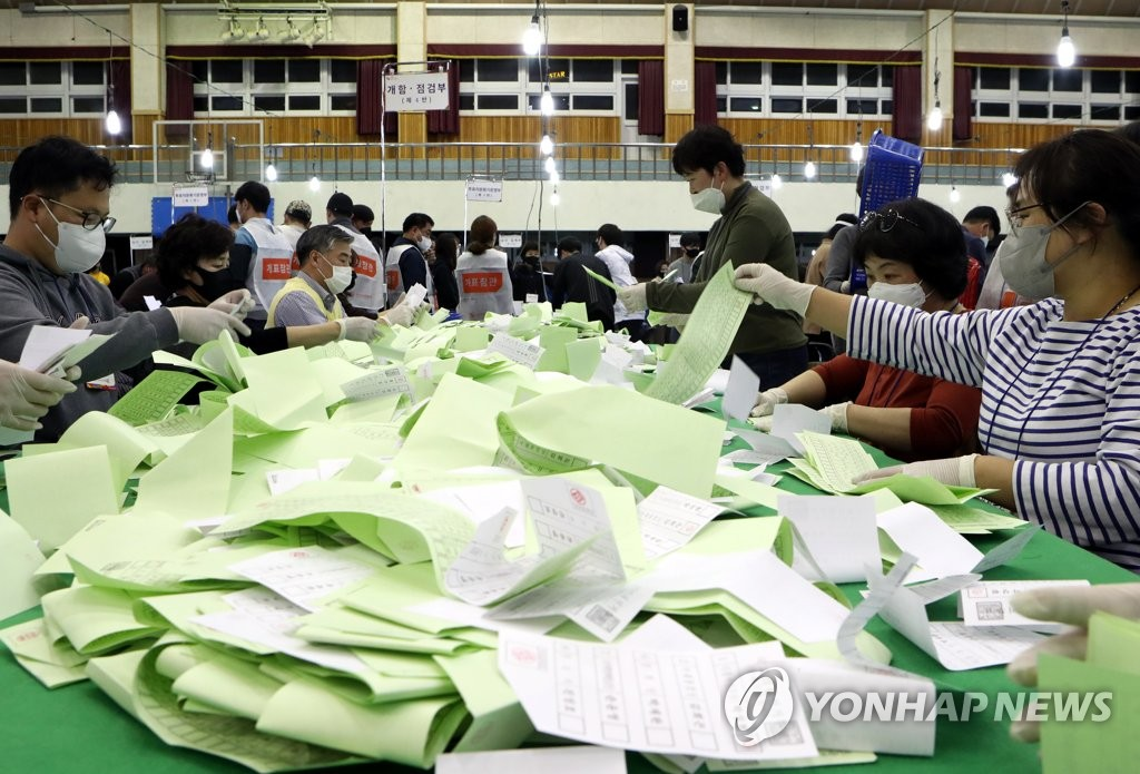 Election officials count votes in the April 15 South Korean general elections. (Yonhap)