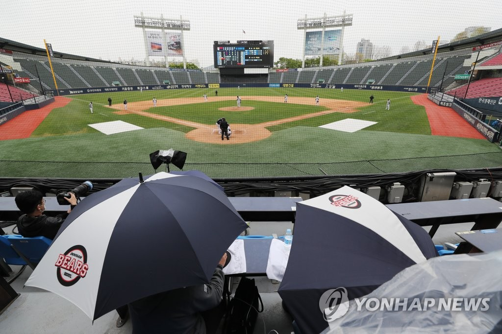 An intrasquad game for the Doosan Bears is underway in rain at Jamsil Stadium in Seoul on April 19, 2020. (Yonhap)