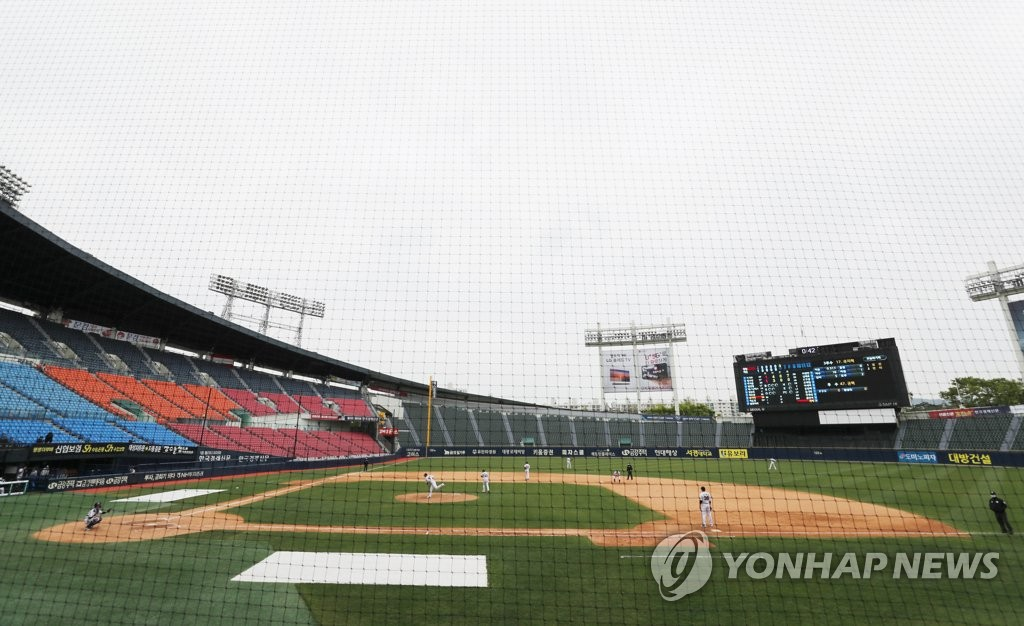 An intrasquad game for the Doosan Bears is under way at Jamsil Stadium in Seoul on April 19, 2020. (Yonhap)