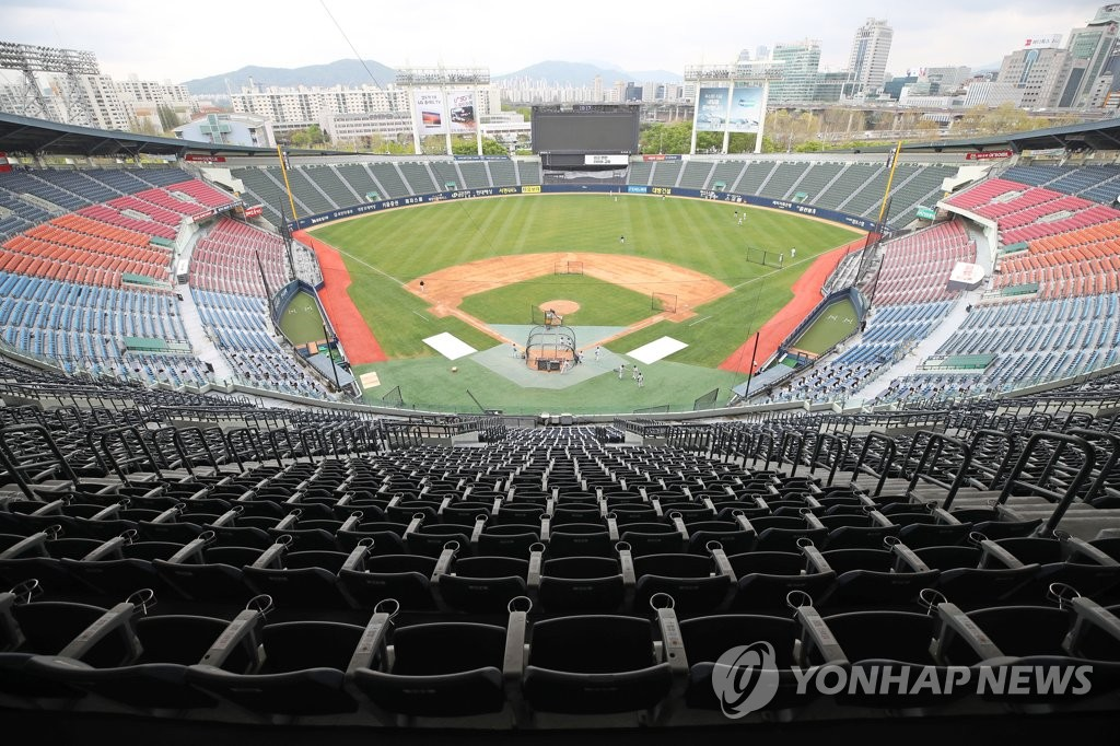The Doosan Bears practice at Jamsil Stadium in Seoul on April 20, 2020, on the eve of the start of the Korea Baseball Organization preseason. (Yonhap)