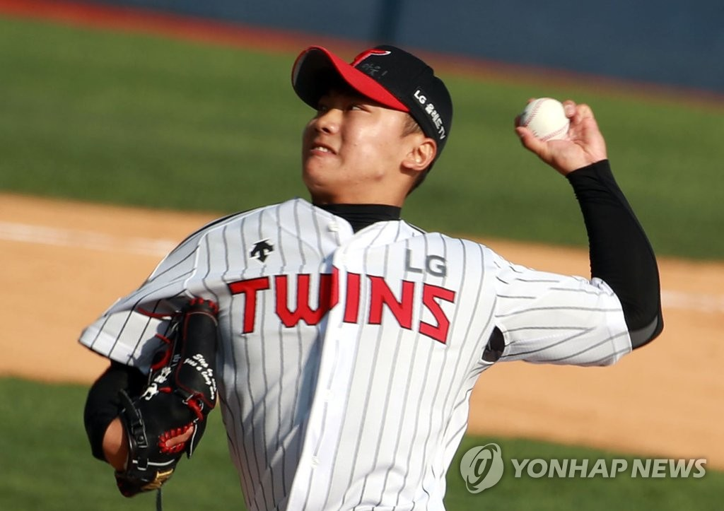 Kim Yun-sik of the LG Twins pitches against the Doosan Bears during a Korea Baseball Organization season opener at Jamsil Stadium in Seoul on May 5, 2020. (Yonhap)