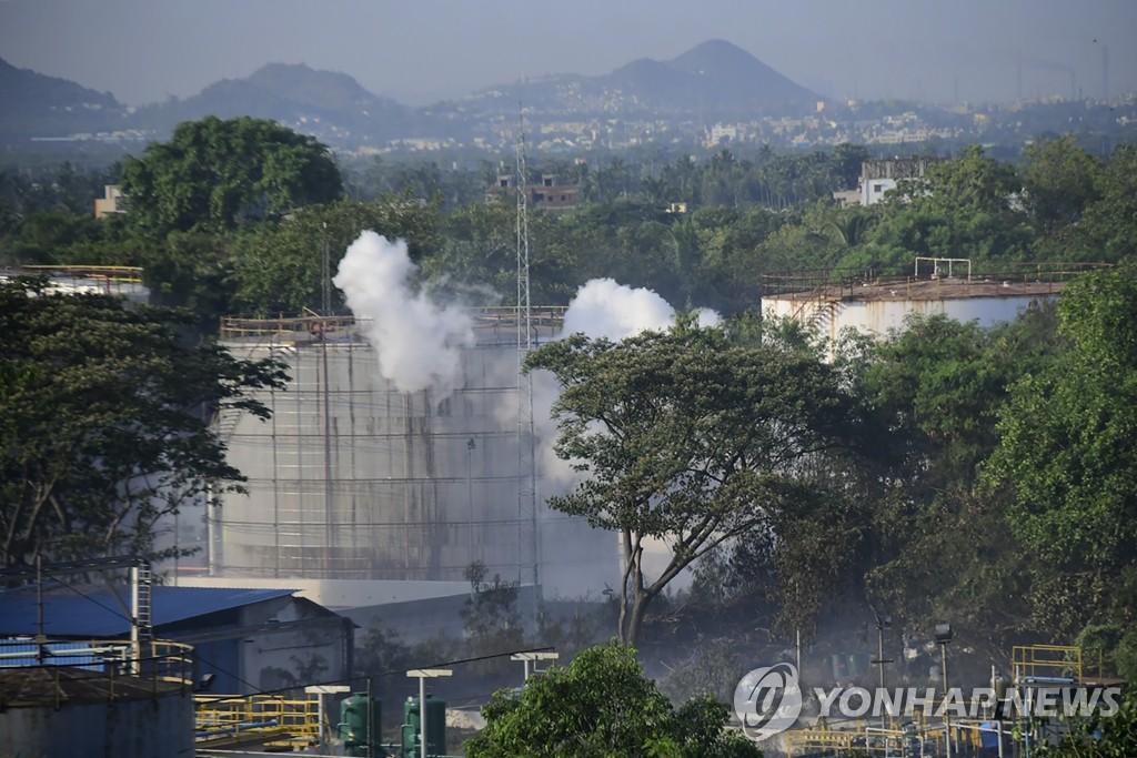연기 솟아오르는 인도 LG화학공장 가스누출 현장