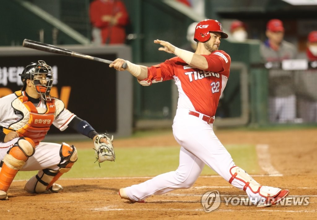 Preston Tucker of the Kia Tigers (R) hits a double against the Hanwha Eagles in a Korea Baseball Organization regular season game at Hanwha Life Eagles Park in Daejeon, 160 kilometers south of Seoul, on May 12, 2020. (Yonhap)