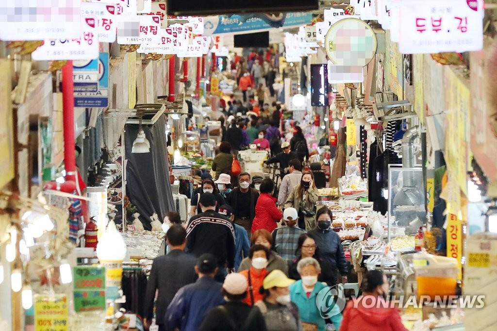 This photo, taken May 13, 2020, shows a traditional market in Incheon, west of Seoul, where many people shop around as the government has begun to provide emergency relief funds to all households due to the new coronavirus. (Yonhap)