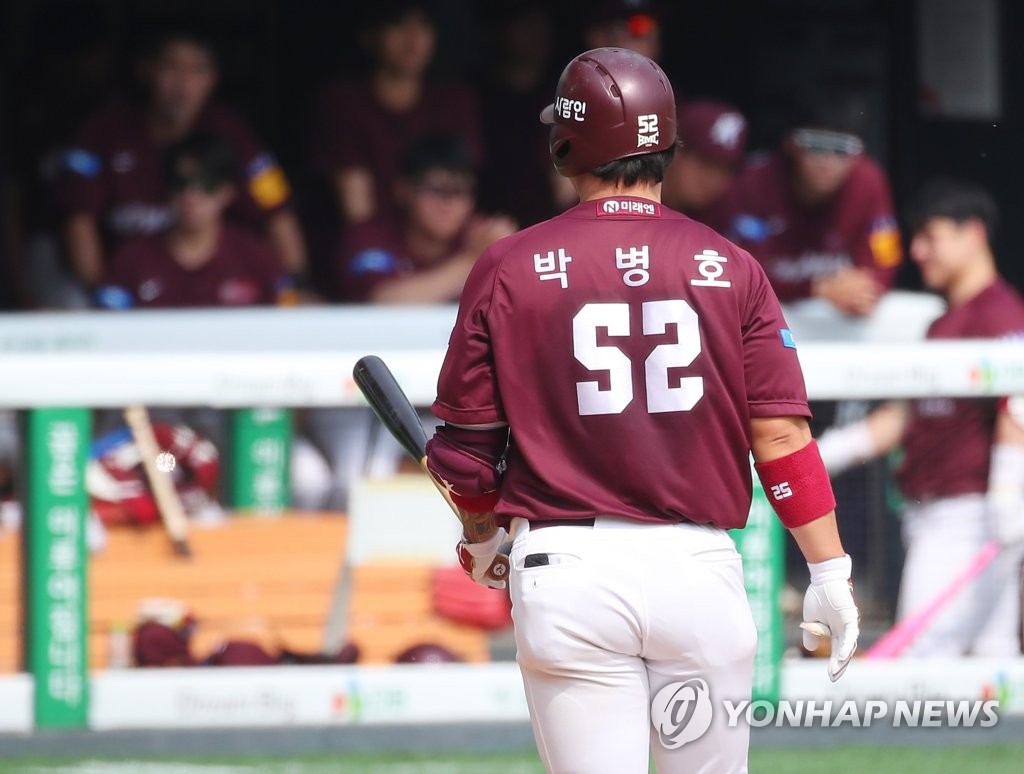 In this file photo from May 17, 2020, Park Byung-ho of the Kiwoom Heroes returns to the dugout after striking out against the LG Twins in a Korea Baseball Organization regular season game at Jamsil Baseball Stadium in Seoul. (Yonhap)
