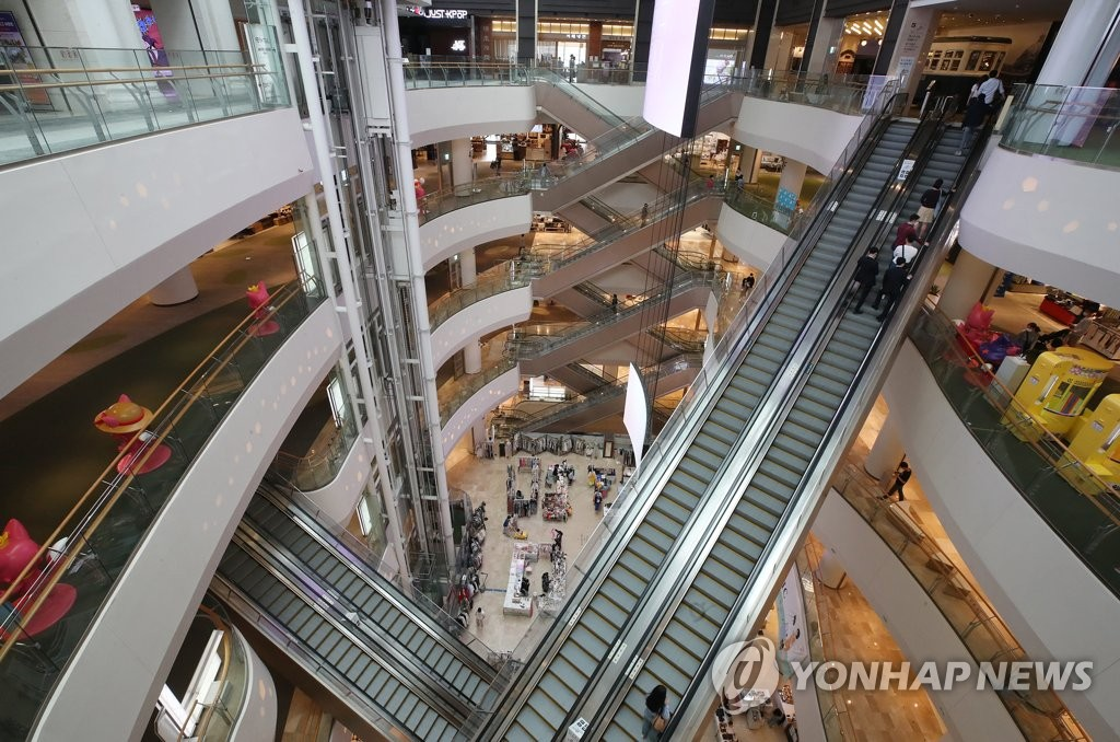 In the photo, taken May 24, 2020, people are scarce at a major shopping mall in Seoul with many still avoiding large crowds out of fear of catching the new coronavirus. (Yonhap)