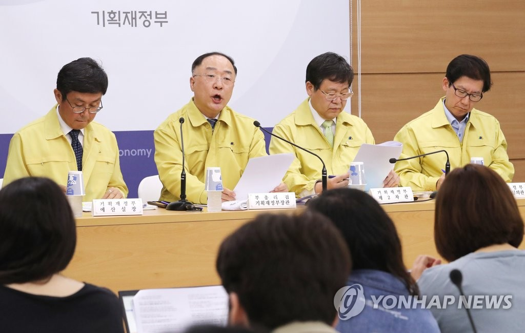 Finance Minister Hong Nam-ki (2nd from L) briefs reporters on the third extra budget in Seoul on May 29, 2020. (Yonhap)