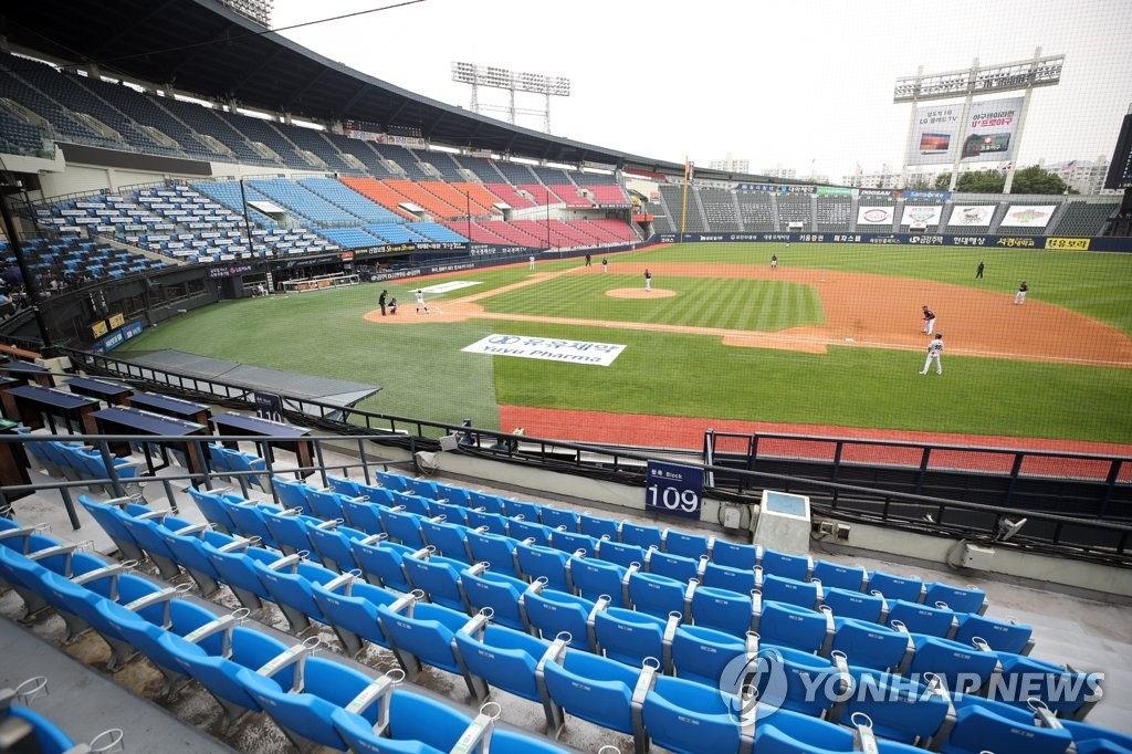 This file photo from May 31, 2020, shows a Korea Baseball Organization regular season game between the Doosan Bears and the Lotte Giants being played without fans at Jamsil Baseball Stadium in Seoul. (Yonhap)