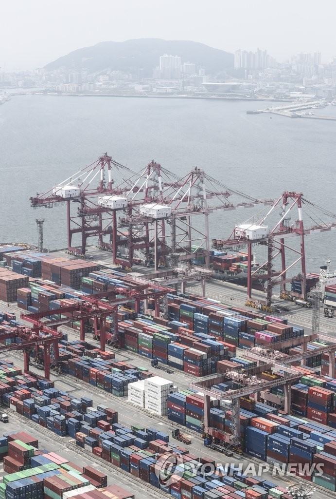 Containers are loaded for shipment at an export pier in South Korea's largest port city of Busan on June 1, 2020. South Korea's exports dropped for the third consecutive month in May due to the growing economic fallout from the coronavirus pandemic that has disrupted the global supply chain. (Yonhap)