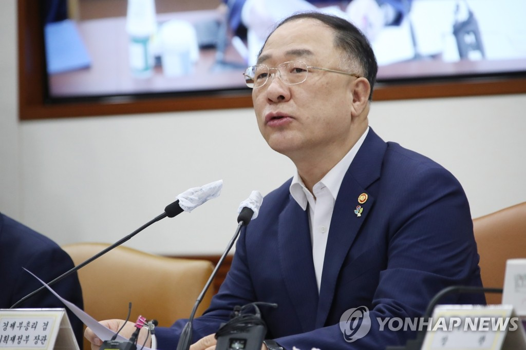 Finance Minister Hong Nam-ki speaks at a meeting with economy-related ministers on June 4, 2020. (Yonhap)