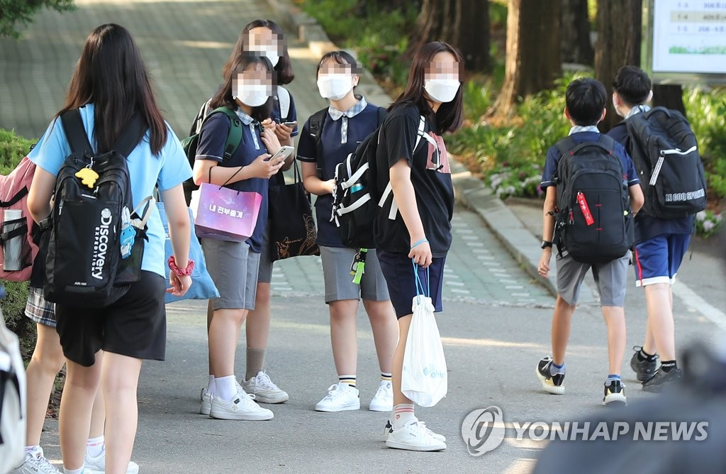 Students arrive at a middle school in Seoul on June 8, 2020, when South Korea implemented the fourth phase of school reopening for middle school first graders and elementary school fifth and sixth graders. (Yonhap)