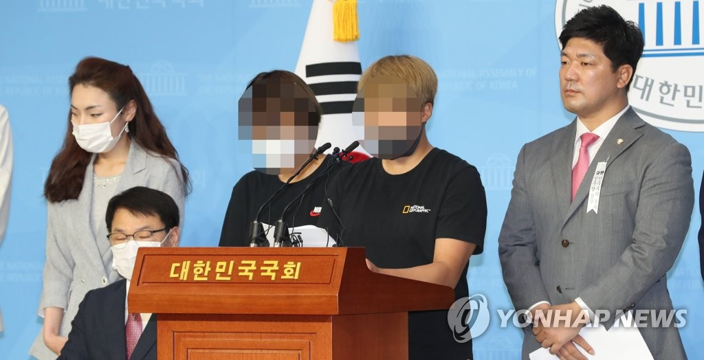 Two teammates of the late South Korean triathlete Choi Suk-hyeon speak at a press conference at the National Assembly in Seoul on July 6, 2020, in support of Choi's allegations of physical and verbal abuse by her coaching staff. Their faces are blurred to protect their identities. (Yonhap)