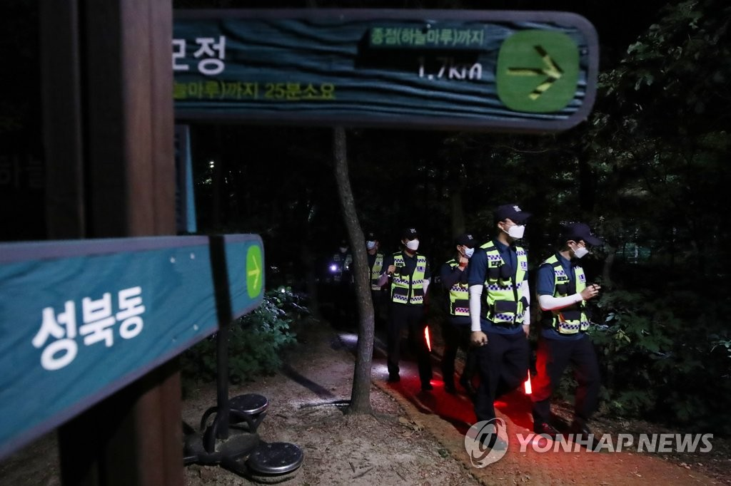 Police officers search for Seoul Mayor Park Won-soon around Mount Bukak in the capital city after he was reported missing on July 9, 2020. (Yonap)