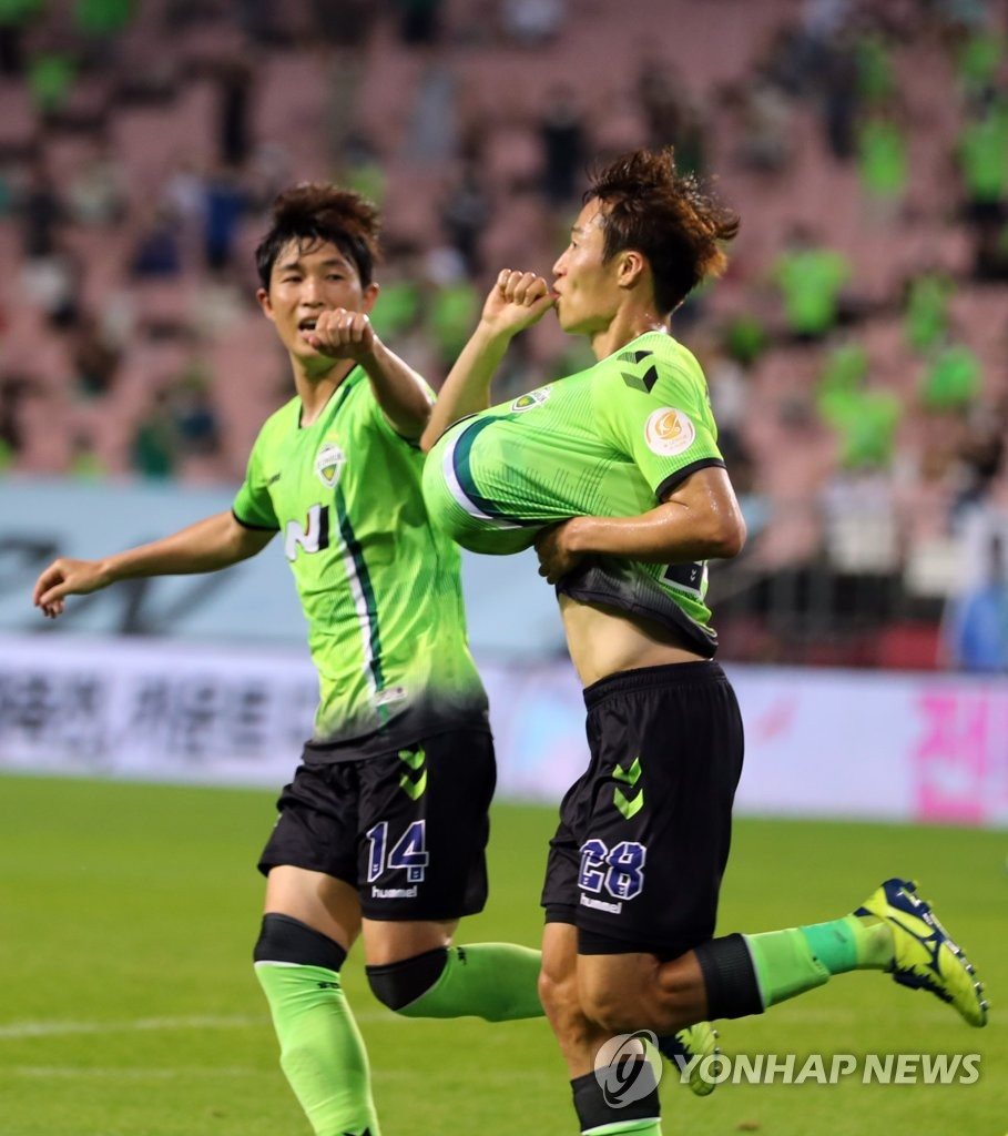 In this file photo from Aug. 1, 2020, Son Jun-ho of Jeonbuk Hyundai Motors (R) celebrates a goal against Pohang Steelers during a K League 1 match at Jeonju World Cup Stadium in Jeonju, 240 kilometers south of Seoul. (Yonhap)