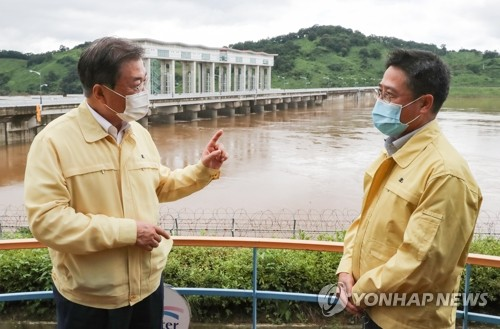 Moon visits dam on inter-Korean river