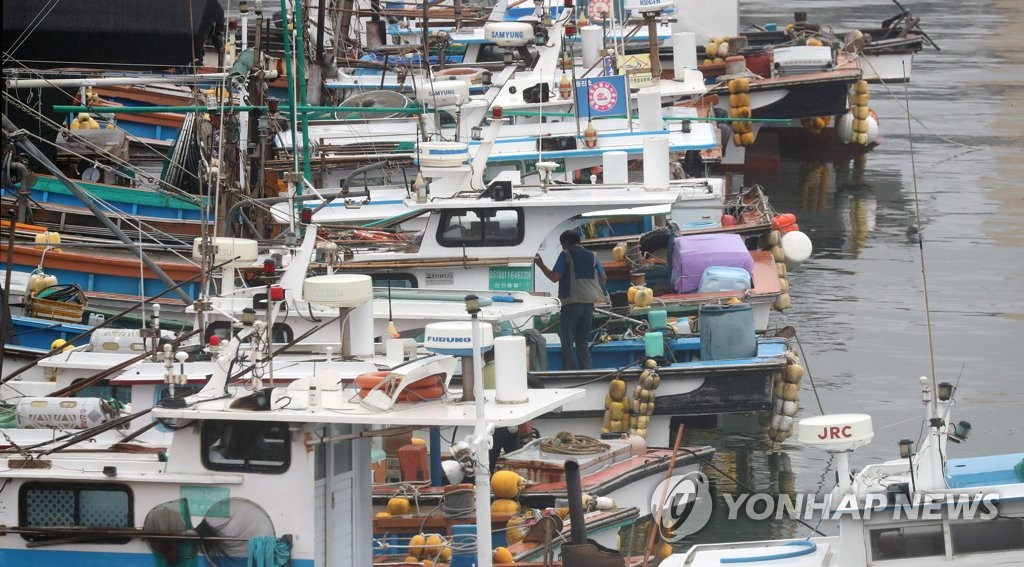 Ships are docked at a port in Tongyeong, South Gyeongsang Province, on Aug. 10, 2020, in a precautionary measure against Typhoon Jangmi that was moving northward. (Yonhap)