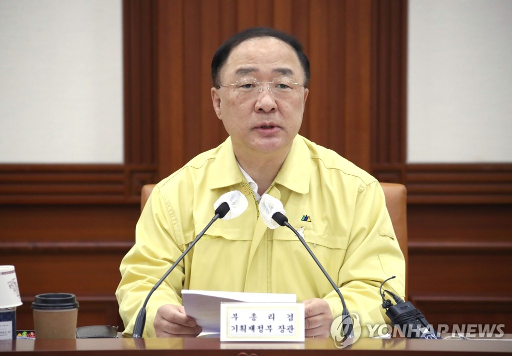 Finance Minister Hong Nam-ki speaks in a meeting with officials on the economy at the government's main building in central Seoul on Aug. 14, 2020. (Yonhap)