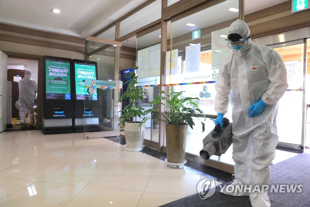 Quarantine officials disinfect a golf club resort on South Korea's southern island of Jeju on Aug. 21, 2020. (Yonhap)