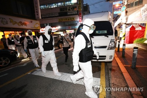 The file photo taken Aug. 21, 2020, shows police officers heading toward Sarang Jeil Church in Seoul for a search and seizure operation. A court issued a warrant after health authorities failed to secure the full list of the members of the church at the center of recent spikes in coronavirus infections in the country. (Yonhap)