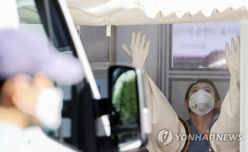 A medical worker prepares to carry out new coronavirus tests at a clinic in central Seoul on Aug. 25, 2020. (Yonhap)