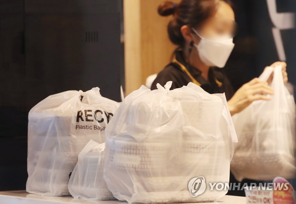 This Aug. 25, 2020, photo shows food wrapped in plastic containers and bags for delivery at a restaurant in Seoul. (Yonhap)