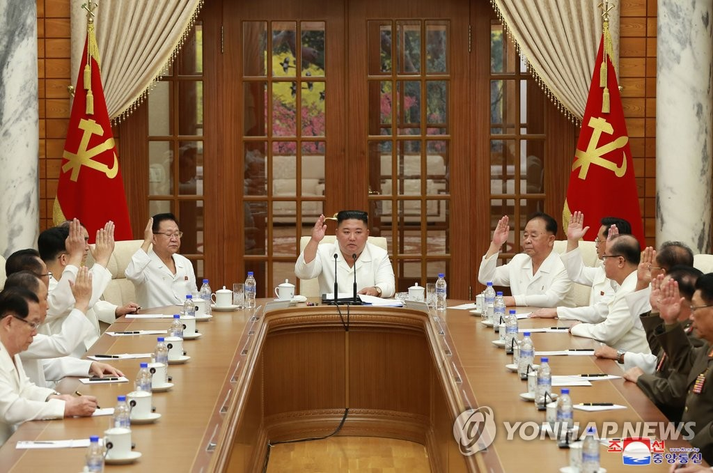 North Korean leader Kim Jong-un (C) presides over an enlarged meeting of the political bureau of the Workers' Party's central committee in Pyongyang on Aug. 25, 2020, to discuss issues involving COVID-19 and the approaching Typhoon Bavi, in this photo released by the Korean Central News Agency. (For Use Only in the Republic of Korea. No Redistribution) (Yonhap)