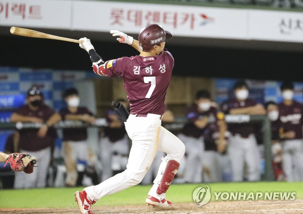 In this file photo from Aug. 28, 2020, Kim Ha-seong of the Kiwoom Heroes hits a two-run home run against the Lotte Giants during the top of the ninth inning of a Korea Baseball Organization regular season game at Sajik Stadium in Busan, 450 kilometers southeast of Seoul. (Yonhap)