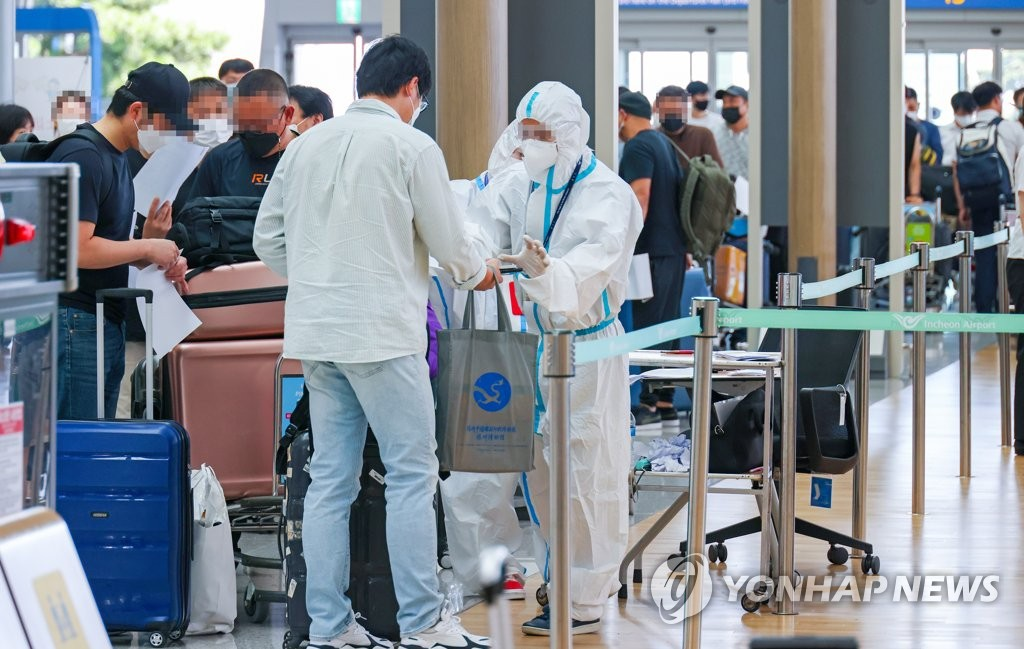 This photo, filed Sept. 4, 2020, shows business travelers undergoing quarantine procedures to board a Beijing-bound chartered flight arranged by Hyundai Motor Co. (Yonhap)