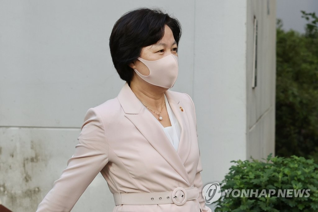 This photo shows Justice Minister Choo Mi-ae leaving her home in eastern Seoul on Sept. 10, 2020. (Yonhap)