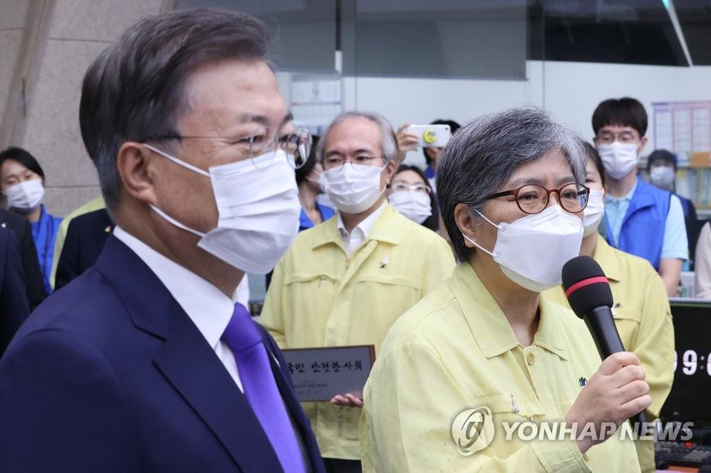 (왼쪽부터) 문재인 대통령-정은경 질병관리청장