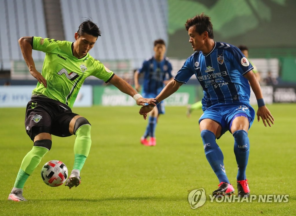 Lee Yong of Jeonbuk Hyundai Motors (L) tries to dribble past Hong Chul of Ulsan Hyundai FC during a K League 1 match at Jeonju World Cup Stadium in Jeonju, 240 kilometers south of Seoul, on Sept. 15, 2020. (Yonhap)