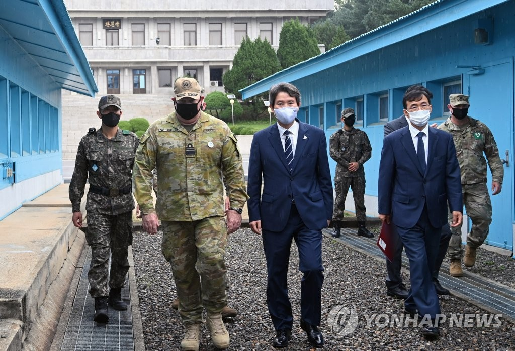 Le ministre de l'Unification Lee In-young inspecte le mercredi 16 septembre 2020 des installations clés au village de la trêve de Panmunjom. (Joint Press Corps-Yonhap)