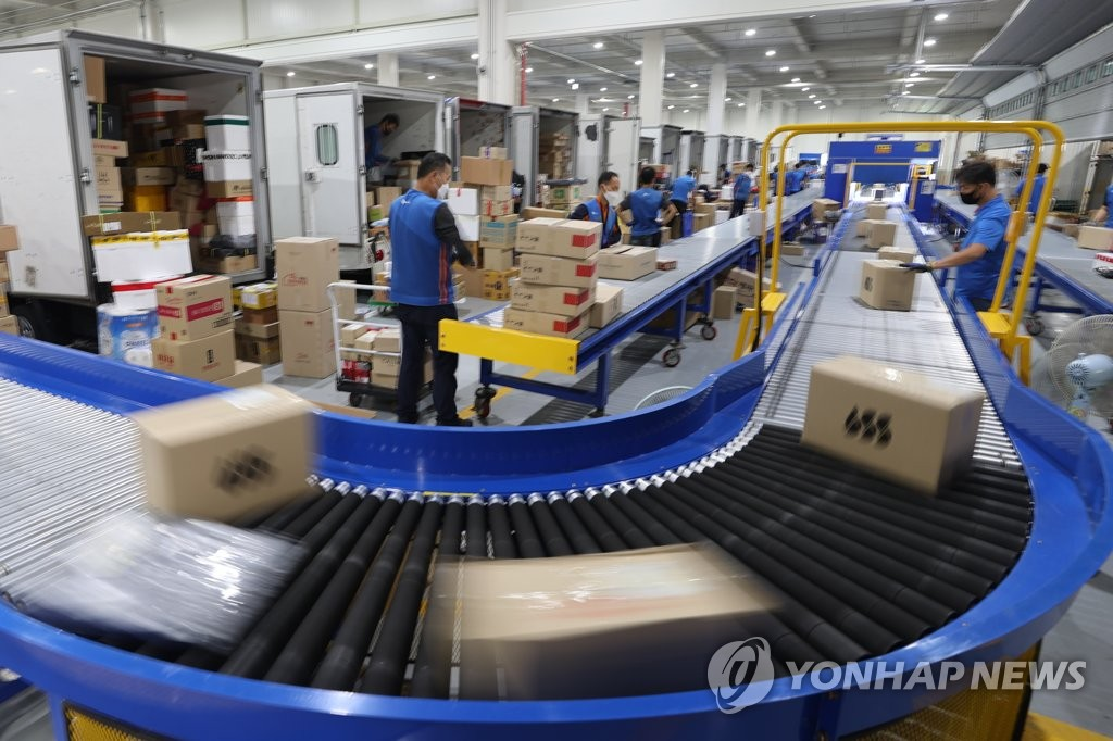 This Sept. 23, 2020, file photo shows CJ Logistics workers busy at a terminal in Gimpo, outside of Seoul, ahead of the annual Chuseok holiday. (Yonhap)