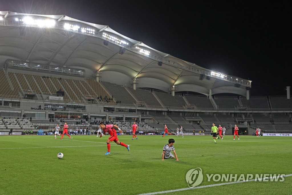 An exhibition match between the South Korean men's senior national football team and the under-23 national team takes place at an empty Goyang Stadium in Goyang, Gyeonggi Province, on Oct. 9, 2020. (Yonhap)