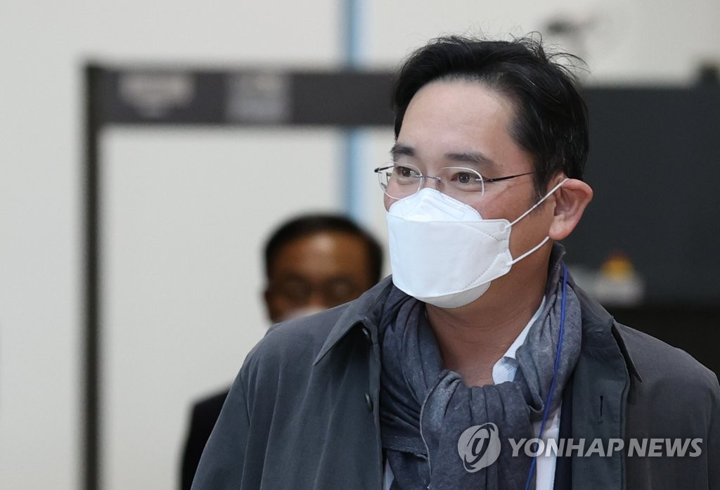 Samsung Electronics Vice Chairman Lee Jae-yong arrives at Gimpo International Airport in Seoul following his business trip to Europe on Oct. 14, 2020. (Yonhap)