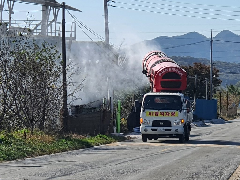 This photo provided by the Cheonan municipal government on Oct. 25, 2020, shows a quarantine vehicle spraying disinfectant near poultry farms in the area, following the detection of a highly pathogenic avian influenza strain in the region. (PHOTO NOT FOR SALE) (Yonhap)