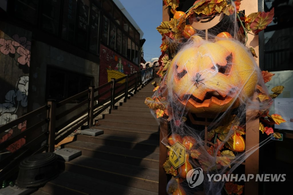 This photo shows a quiet street in Itaewon, Seoul, on Oct. 26, 2020. (Yonhap)