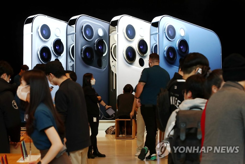 Apple Inc.'s store in southern Seoul is crowded with visitors on Oct. 30, 2020. The company released its new iPhone 12 and its higher-end Pro model for sale in the local market the same day. (Yonhap)