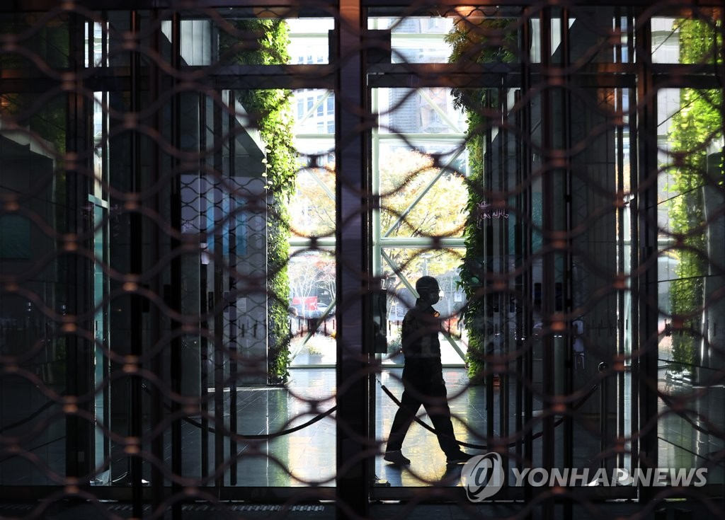 Seoul City Hall is closed on Nov. 3, 2020, after a reporter covering the municipal government was diagnosed with COVID-19. (Yonhap)