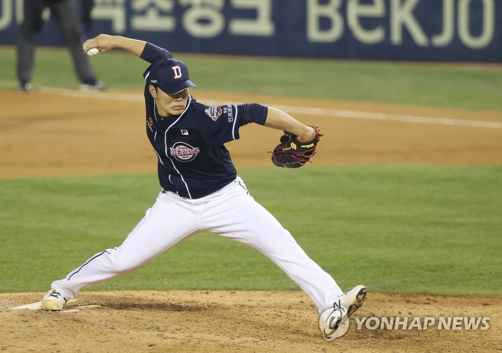 Choi Won-jun of the Doosan Bears pitches against the LG Twins in the bottom of the sixth inning of Game 2 of the Korea Baseball Organization first-round postseason series at Jamsil Baseball Stadium in Seoul on Nov. 5, 2020. (Yonhap)