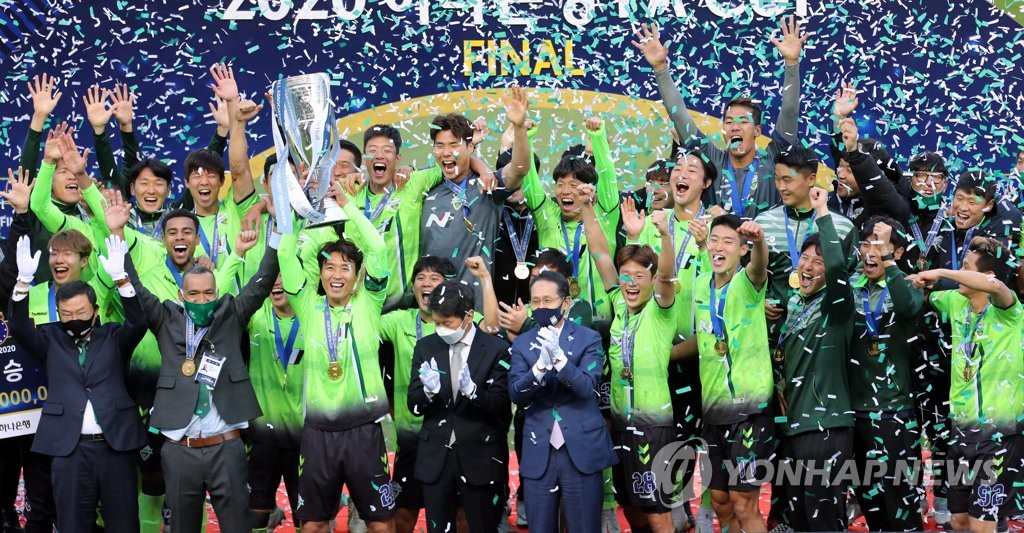 Jeonbuk Hyundai Motors players and coaches celebrate their FA Cup title at Jeonju World Cup Stadium in Jeonju, 240 kilometers south of Seoul, on Nov. 8, 2020. (Yonhap)