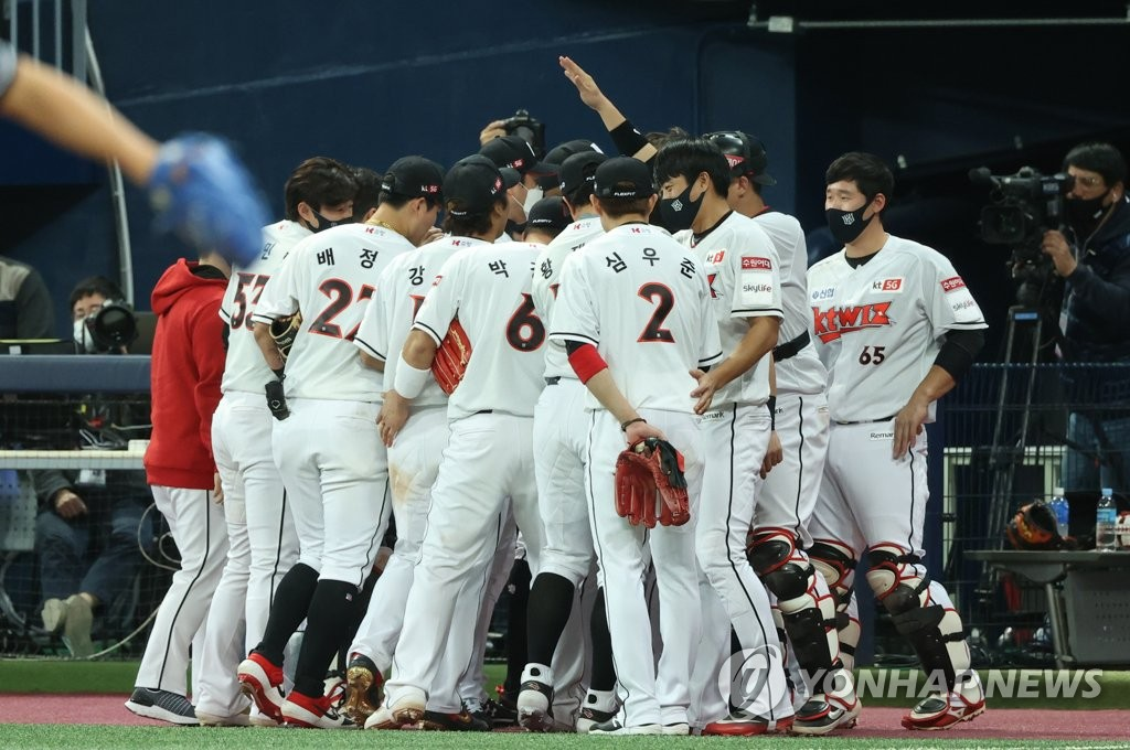 KT Wiz players huddle outside their dugout before the start of the bottom of the seventh inning of Game 2 of the Korea Baseball Organization second-round postseason series against the Doosan Bears at Gocheok Sky Dome in Seoul on Nov. 10, 2020. (Yonhap)