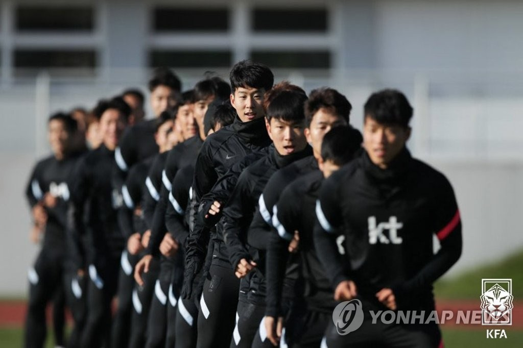 South Korean men's national football team players train at BSFZ-Arena at Maria Enzersdorf-Sudstadt in Maria Enzersdorf, Austria, on Nov. 13, 2020, in this photo provided by the Korea Football Association. (PHOTO NOT FOR SALE) (Yonhap)