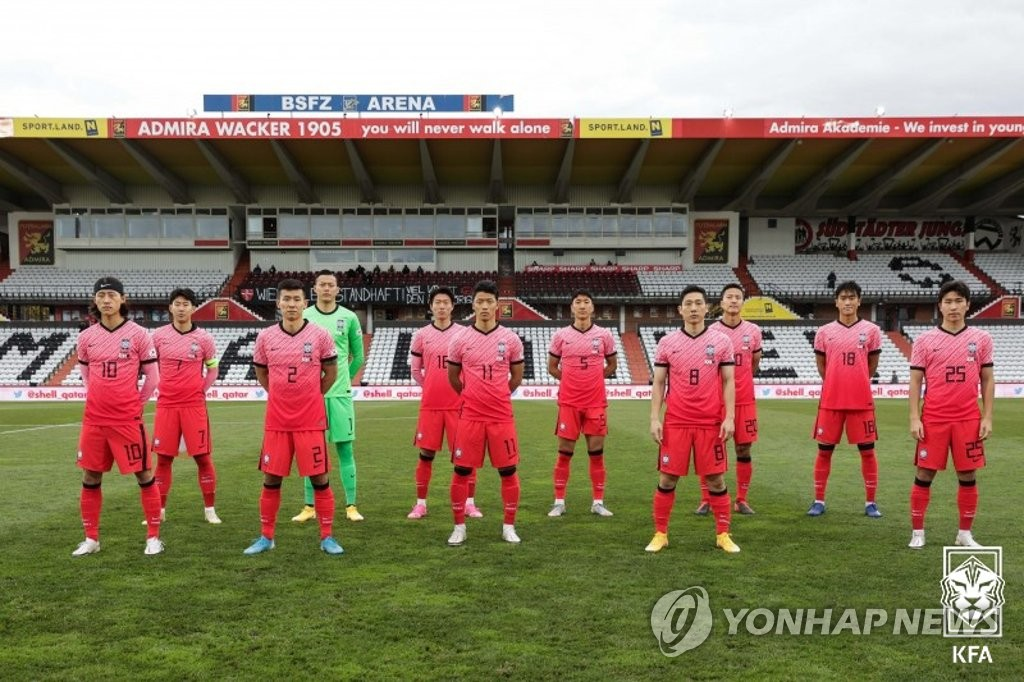The starting members of the South Korean men's national football team pose for photos before a friendly match against Qatar at BSFZ Arena Admiral Stadium in Maria Enzersdorf, Austria, on Nov. 17, 2020, in this photo provided by the Korea Football Association. (PHOTO NOT FOR SALE) (Yonhap)