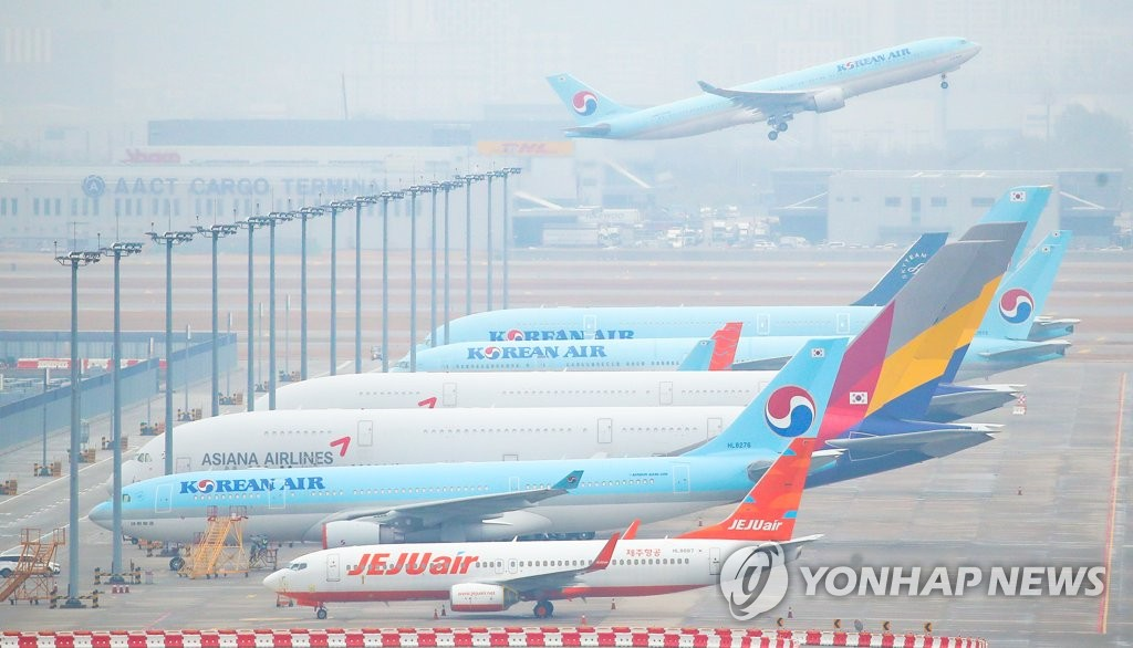 Airplanes of Korean Air Co. and Asiana Airlines Ltd. are parked at Incheon International Airport, South Korea's main gateway west of Seoul, on Nov. 18, 2020. (Yonhap)