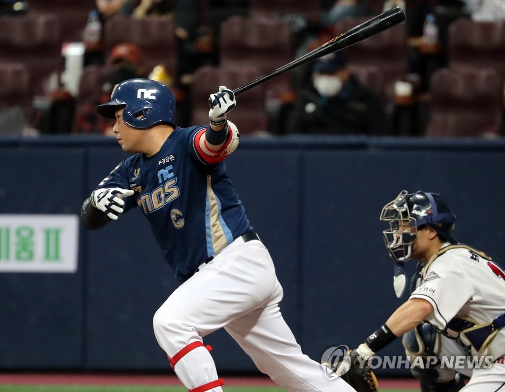 Yang Eui-ji of the NC Dinos hits an RBI single against the Doosan Bears in the top of the sixth inning of Game 4 of the Korean Series at Gocheok Sky Dome in Seoul on Nov. 21, 2020. (Yonhap)
