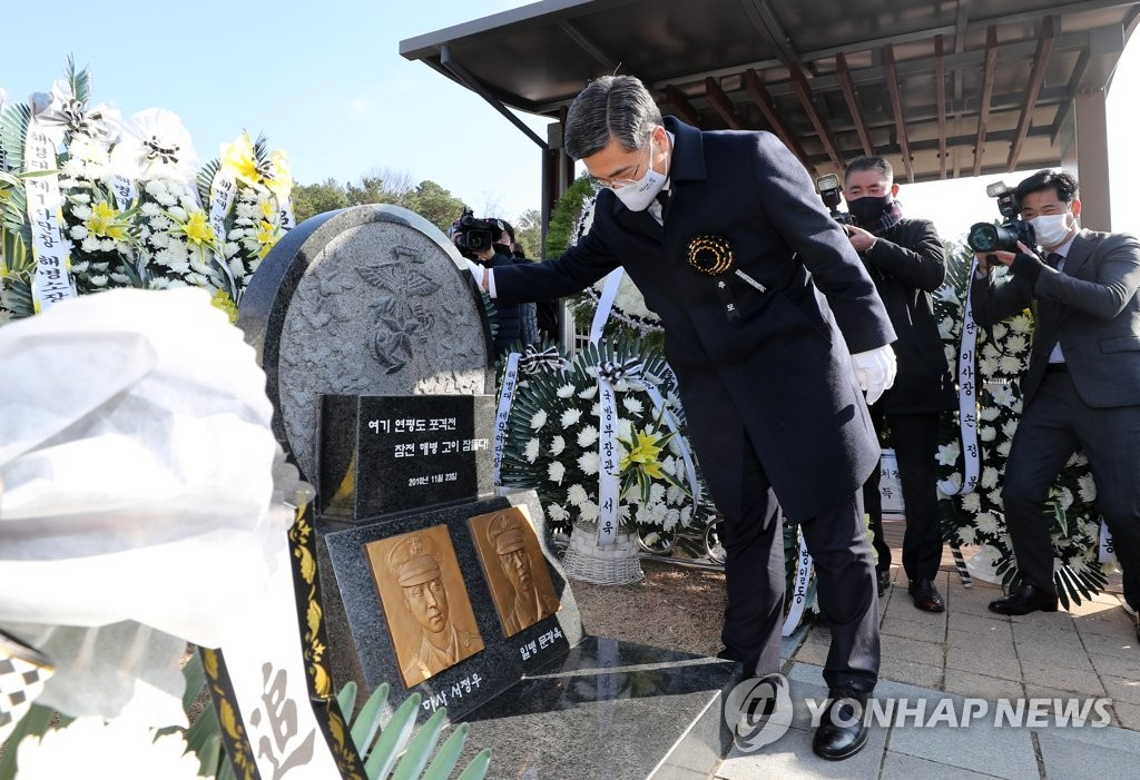Defense Minister Suh Wook pays tribute to the late Marines killed during North Korea's shelling attack of Yeonpyeong Island near the tense western maritime border during a memorial ceremony held at the national cemetery in the central city of Daejeon to mark the 10th anniversary of the incident on Nov. 23, 2020. (Yonhap)