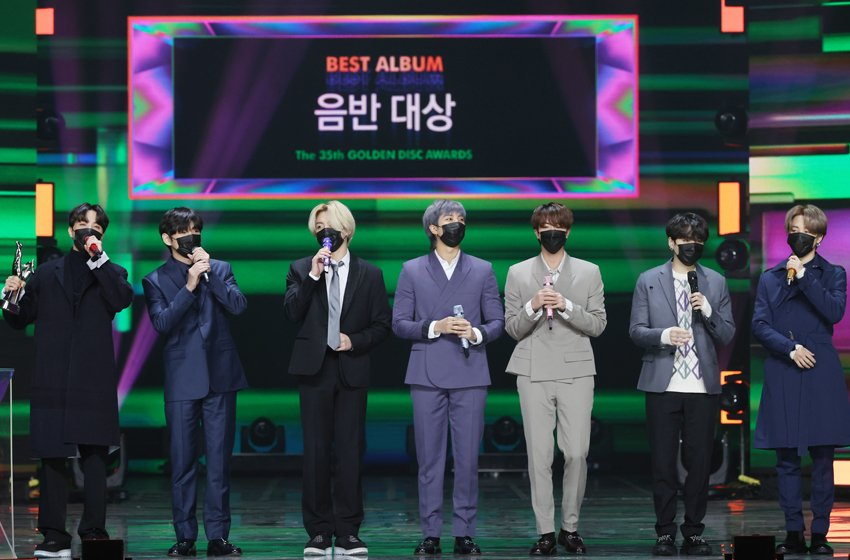 Le groupe de K-pop Bangtan Boys (BTS) prend la parole le dimanche 10 janvier 2021 après avoir reçu le Grand Prix pour son quatrième album studio «Map of The Soul: 7» à la 35e édition des Golden Disk Awards. (Photo fournie par le secrétariat des Golden Disk Awards. Revente et archivage interdits)