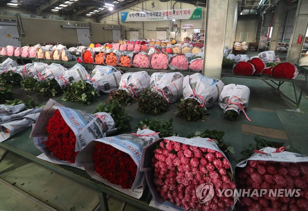 This photo, taken on Jan. 15, 2021, shows a deserted flower market in the southeastern port city of Busan amid the coronavirus pandemic. Demand for flowers has fallen sharply, as most graduation ceremonies are being held virtually. (Yonhap)