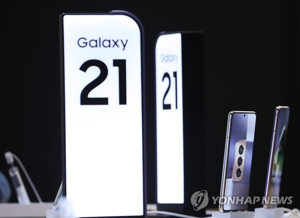 This photo taken on Jan. 15, 2021, shows Samsung Electronics Co.'s Galaxy S21 smartphone displayed at a store in Seoul. (Yonhap)